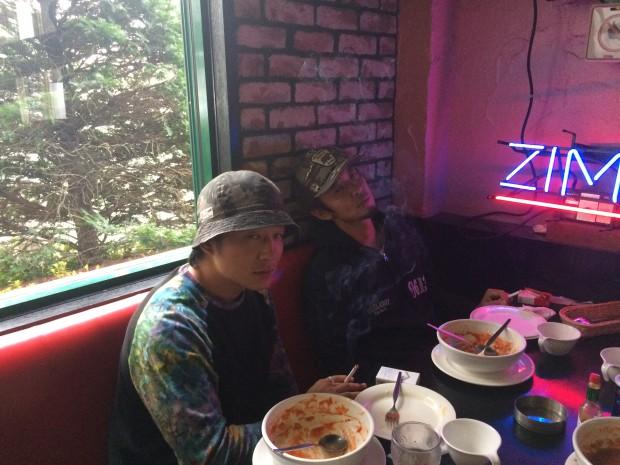 2人とも、大変疲れています。理由は、できたてアツアツのスープスパッゲティをどっちが早く食べれるか。。アフォです。